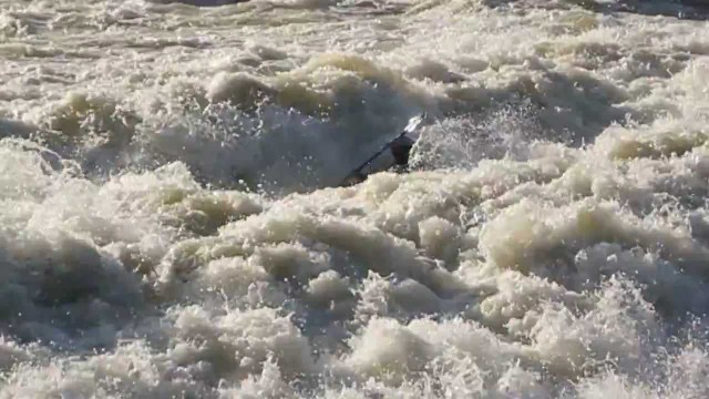 Whitewater Standing Wave – Casper van Kalmthout on the Doubs river